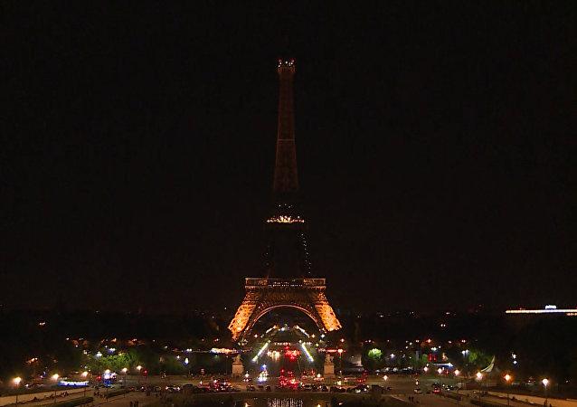 Eifelová věž zhasla na památku obětí teroristického činu v Londýně. Video