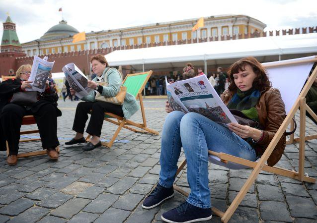 Návštěvníci knižního festivalu Rudé náměstí v Moskvě