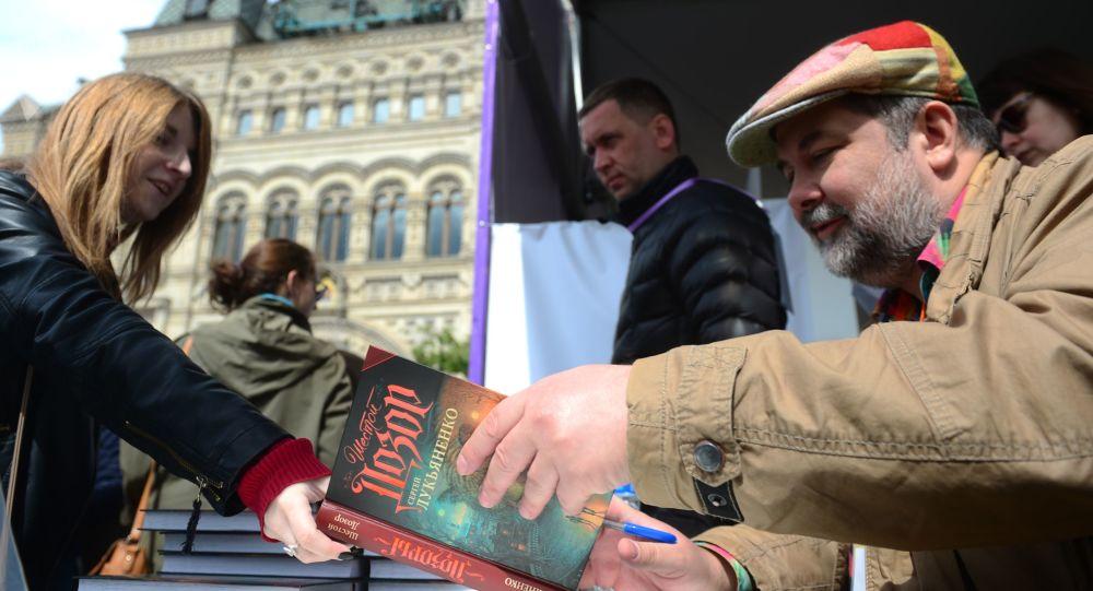 Ruský spisovatel Sergej Lukjanenko na knižním festivalu Rudé náměstí v Moskvě