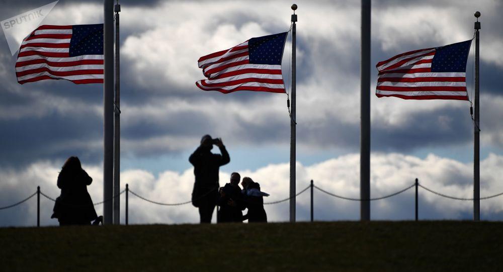 Turisté u Washingtonovova monumentu