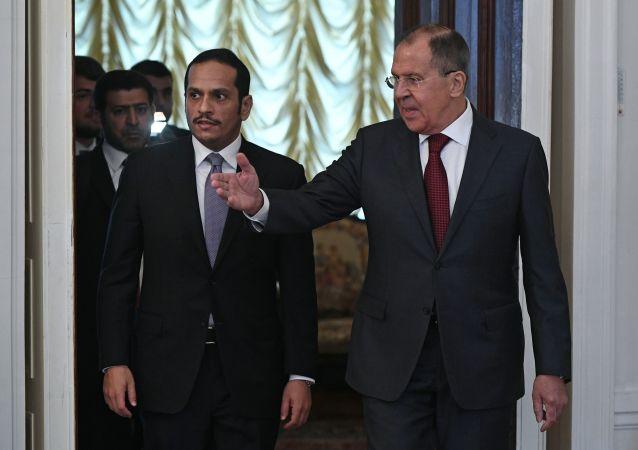 Katarský ministr zahraničí  Muhammad bin Abdarrahmán Sání  a ruský ministr zahraničí Sergej Lavrov