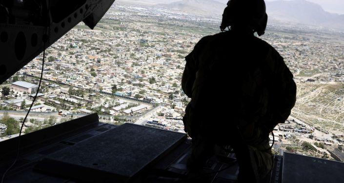 Voják ve vrtulníku nad Afghánistánem