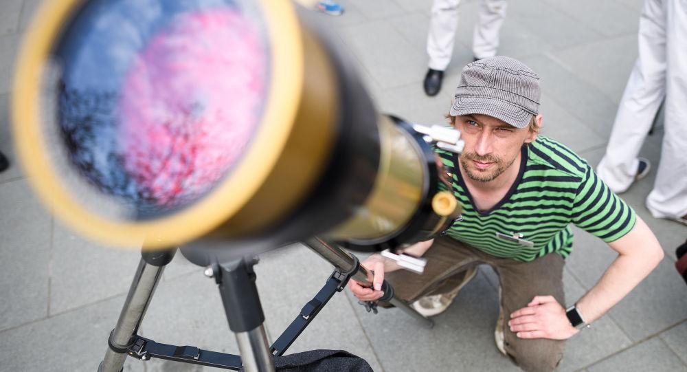 Muž se dívá na Merkur