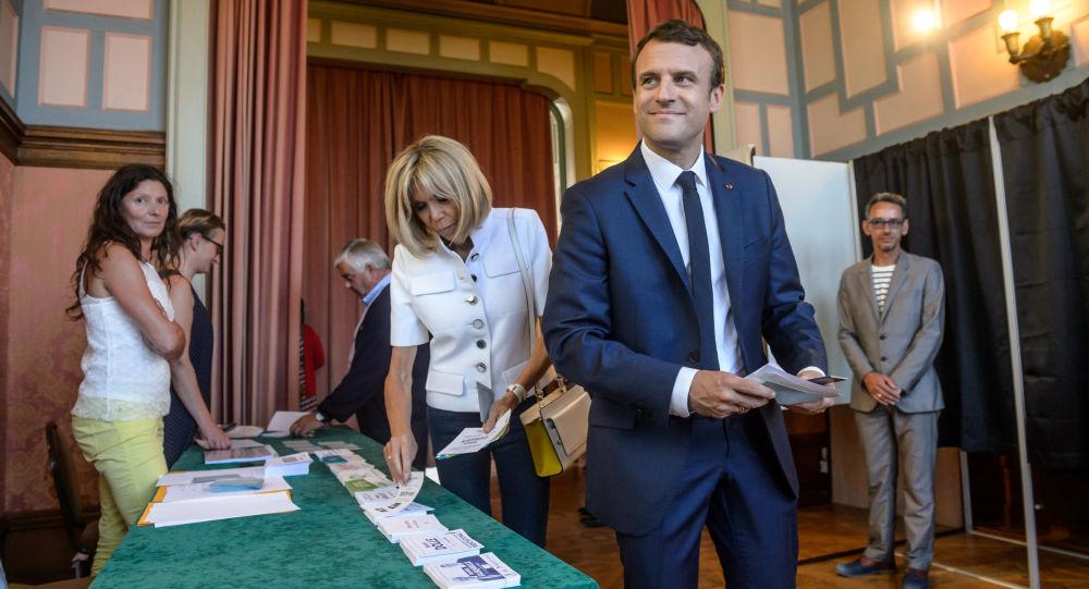 Francouzský prezident Emmanuel Macron a jeho žena během volebního hlasování