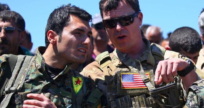 Kurd a americký důstojník v Sýrii