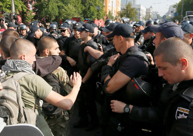 """Ukrajinští radikálové zablokovali cestu """"pochodu rovnosti"""" ve středu Kyjeva"""