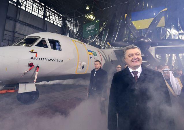 Ukrajinský prezident Pentro Porošenko stojí vedle An-132 společnosti Antonov