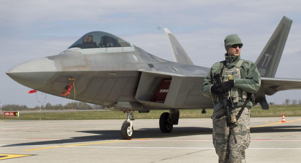 Americká stíhačka F-22 Raptor na základně v Litvě