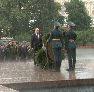 Putin odmítl deštník na ceremonii položení věnců ke Hrobu Neznámého vojína