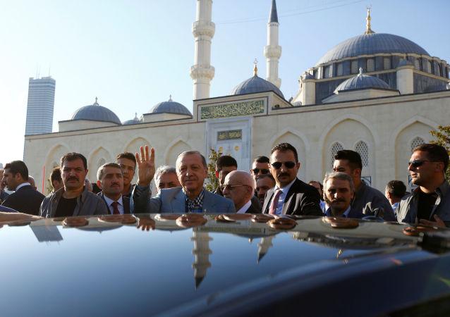 Turecký prezident Recep Tayyip Erdogan v mešitě po ranní modlitbě