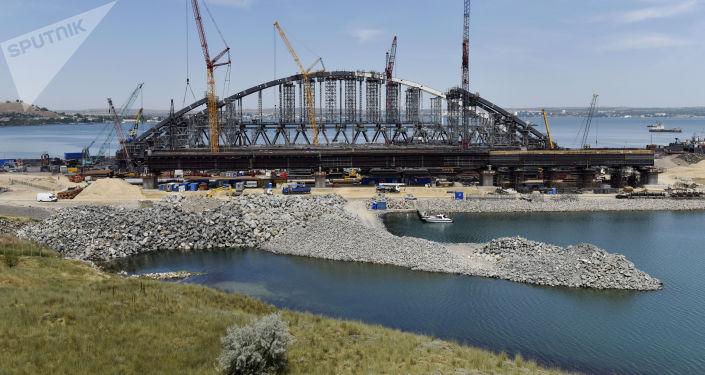 Ukončení montáže oblouku pro plavbu lodí železniční části Kerčského mostu na Krymu