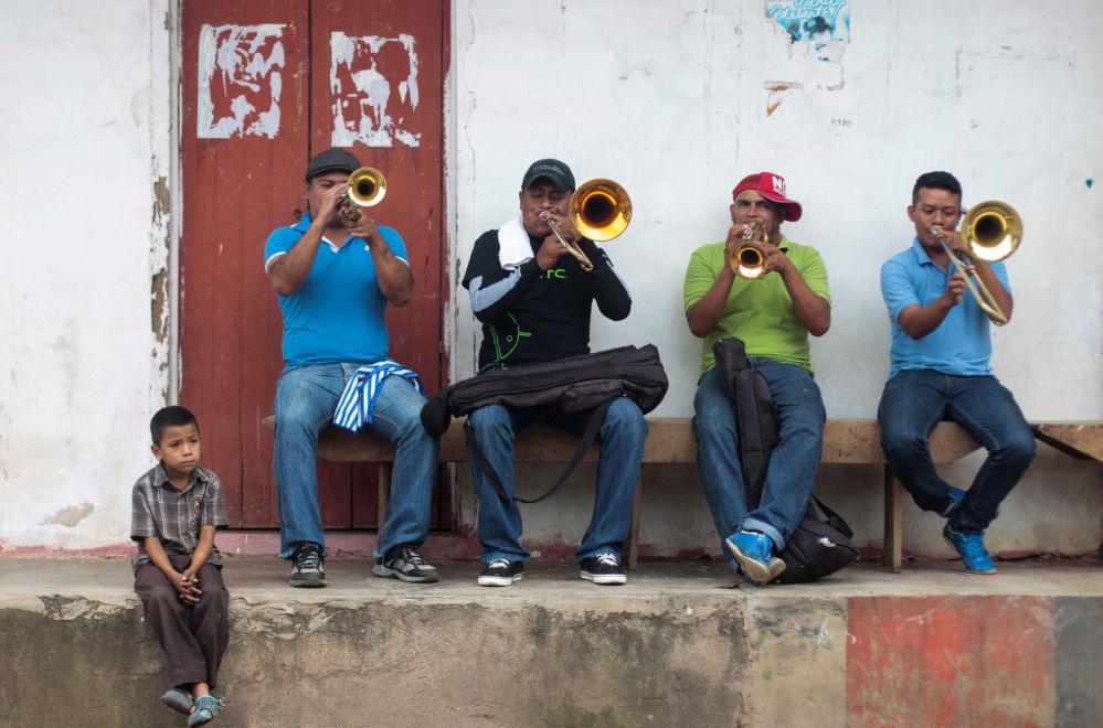Hudebníci hrají na ulici na počest svátku San Juan de Oriente, Nikaragua