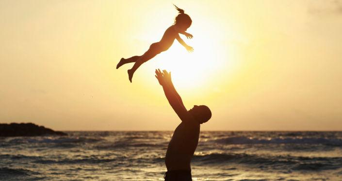 Muž si hraje s dcerou