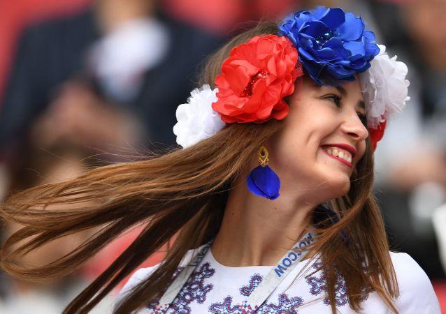 Fanynka ruské reprezentace před zahájením utkání Konfederačního poháru 2017 ve fotbalu mezi týmy Mexika a Ruska
