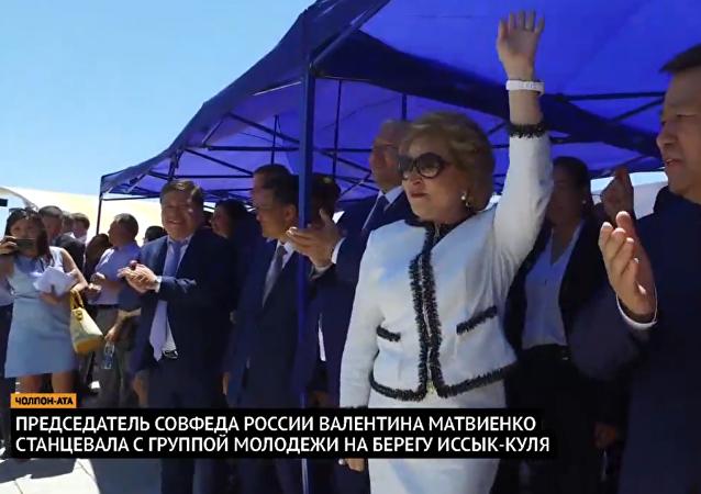 Matvijenková tancovala na břehu jezera Issyk-kul
