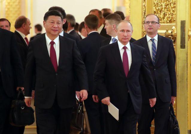 Vladimir Putin a Si Ťin-pching po společných jednáních