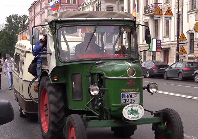 Německý důchodce přijel traktorem do Petrohradu