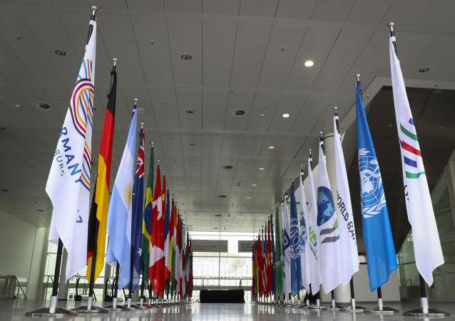 Vlajky zemí G20 v Hamburku