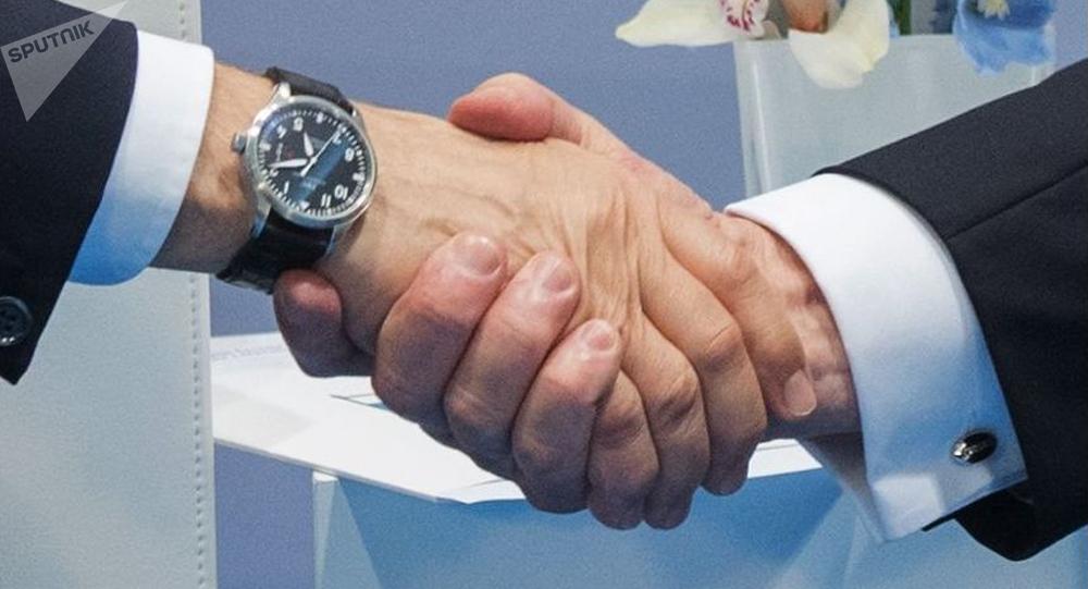 Stisknutí rukou Vladimira Putina a Donalda Trumpa