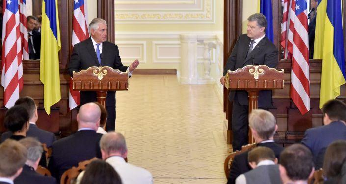 Ministr zahraničních věcí USA Rex Tillerson na briefingu s prezidentem Ukrajiny Petrem Porošenkem