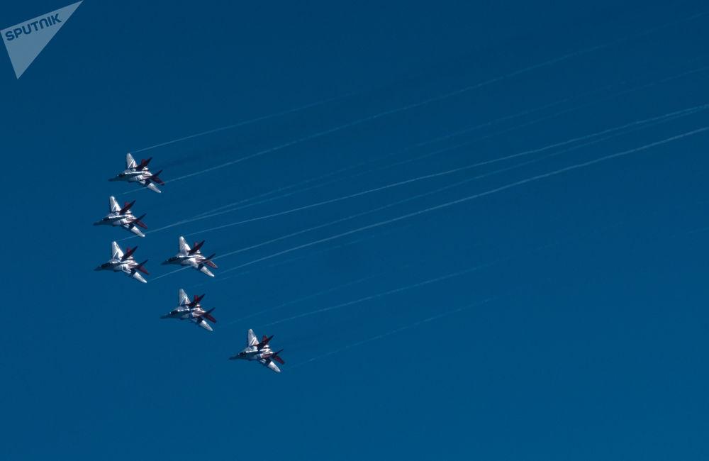 Víceúčelové stíhačky Mig-29 akrobatické skupiny Striži na oslavách 105. výročí Vzdušně-kosmických sil Ruské federace v Petrohradu