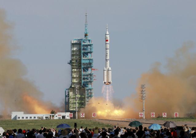 Start čínské pilotované vesmírné lodě Shenzhou X