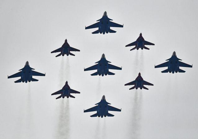 Stíhačky Su-30SM a MiG-29