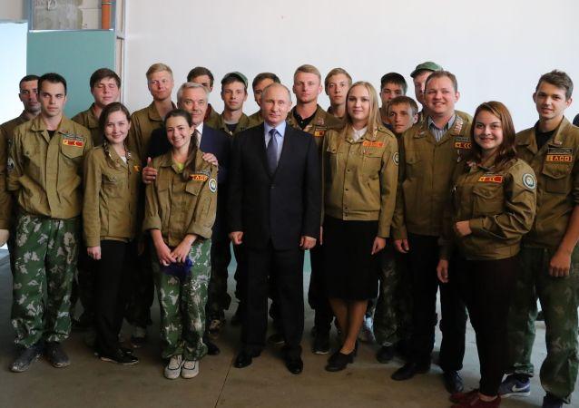 Ruský prezident během setkání s účastníky studentského stavebního oddílu