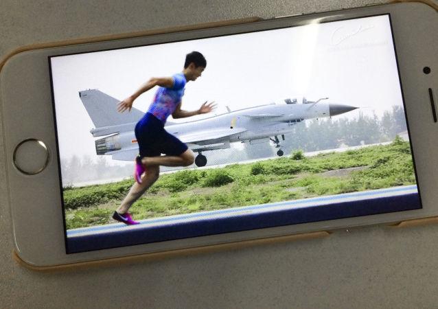 Lehký atlet z Číny Zhang Peimeng předběhl proudovou stíhačku FTC-2000
