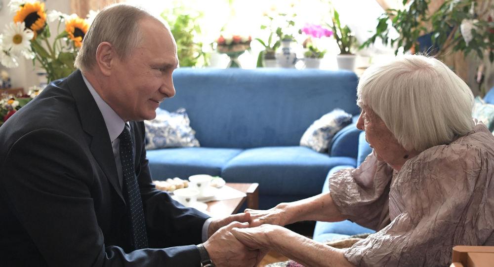Ochránkyně lidských práv Ljudmila Alexejevová a ruský prezident Vladimir Putin