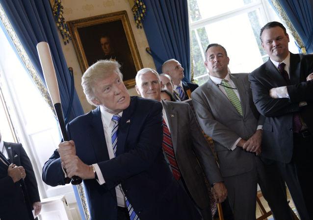 Prezident USA Donald Trump s baseballovou pálkou v Bílém domě ve Washingtonu