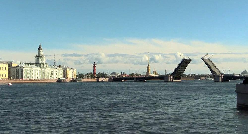 V Petrohradě byly poprvé zvednuty mosty ve dne