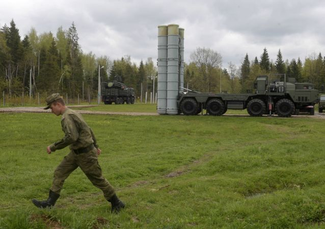 Raketový komplet S-400 na cvičení v Moskevské oblasti