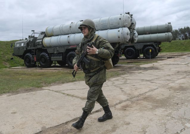 Voják vedle raketového kompletu S-400