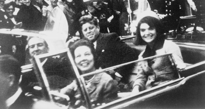 John Kennedy a jeho choť Jacqueline v den vraždy prezidenta