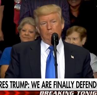 Trump přestal mluvit poté, co se objevila vlajka Sovětského svazu