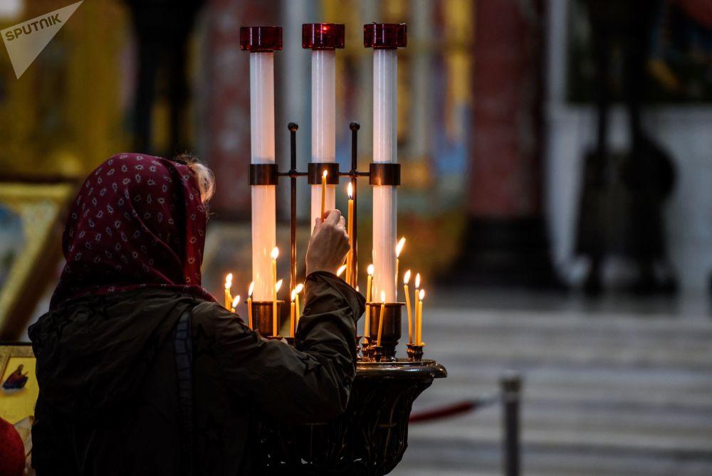 Svíčky věřících v Chrámu svatého Mikuláše v Kronštadtu