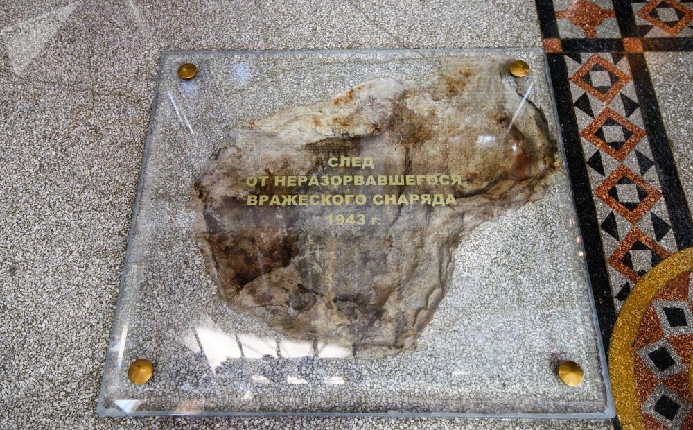 Stopa od nevybuchlé munice v Chrámu svatého Mikuláše v Kronštadtu