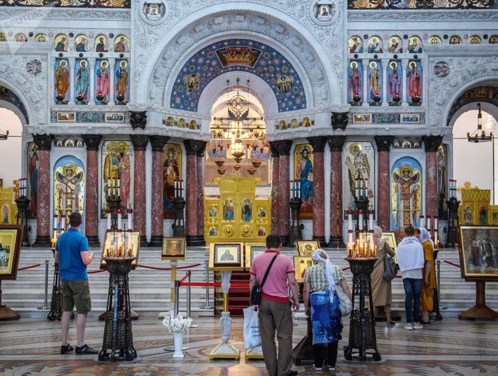 Centrem chrámu je oltář s ikonami z bílého mramoru s barevnými mozaikami