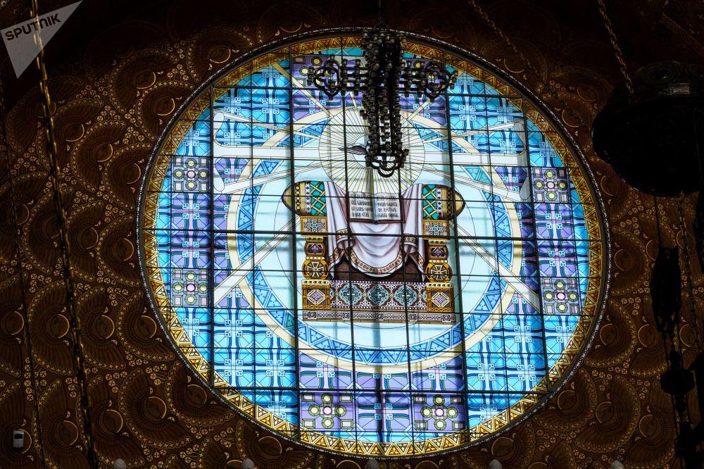 Všechna okna chrámu byla ze začátku vyzdobena vitrážemi