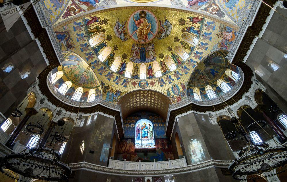 Centrální kupole chrámu má diametr 27 metrů a je ozdobena malbou a 218 lampami
