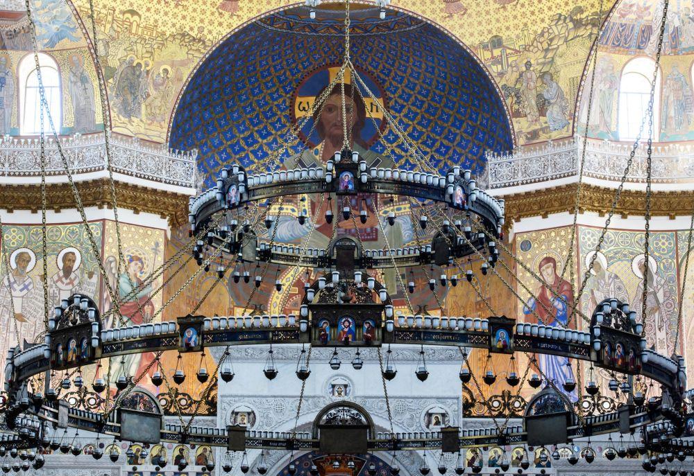 Zvláštní lehkost a vzdušnost interiéru chrámu dodávají pozlacené dekorace a kupole s vysokými okny, skrze která sem proniká slunce