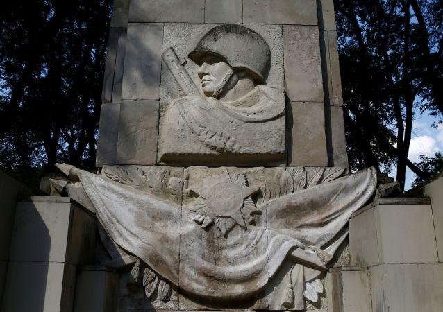 Pomník sovětským vojákům ve Varšavě