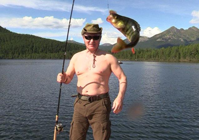 Na webu se objevilo video Putinova podvodního rybaření