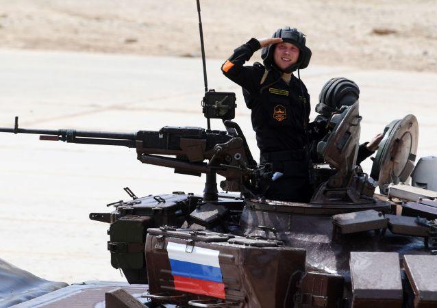 Posádka týmu ruské armády se účastní soutěže v tankovém biatlonu Armádních mezinárodních Her 2017 na polygonu Alabino