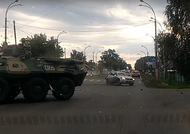 Na Sibiři se srazilo auto s obrněným transportérem