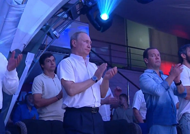 Vladimir Putin navštívil Mezinárodní turnaj v bojovém sambu Plotforma S-70