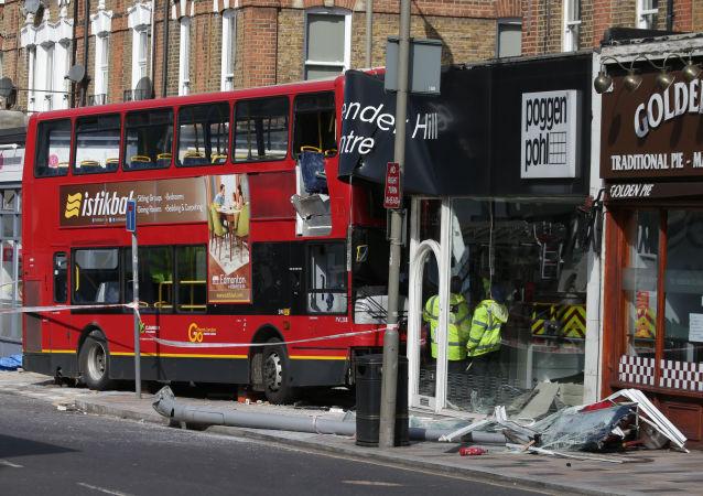 Dvoupodlažní autobus narazil v Londýně do obchodu