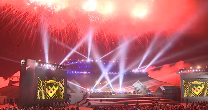 Světelná show a salva na slavnostním ukončení Armádních her 2017