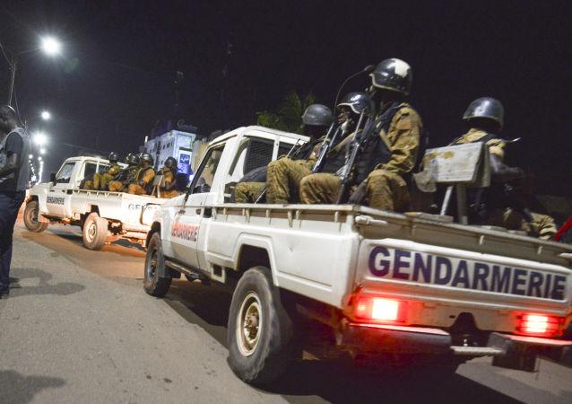 Policie na místě útoku v Ouagadougou, hlavním městě Burkiny Faso